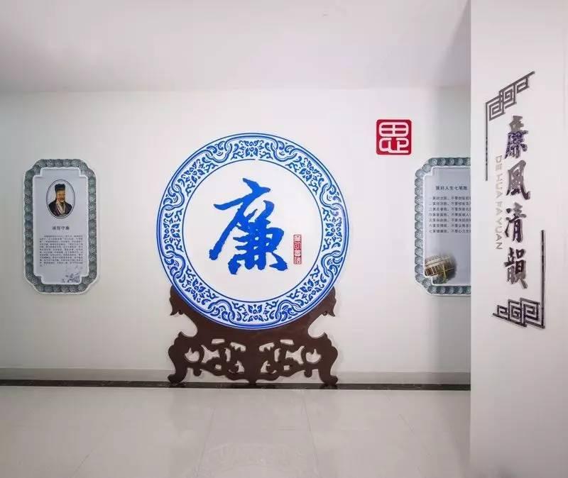 要闻  德化县法院党风廉政文化主题墙的造型模拟大气的青花瓷挂盘,挂