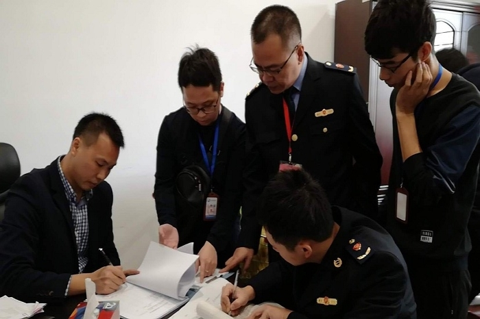 惠安县纪委联合县市场监管局执法人员在城区一商场检查图片
